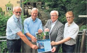 Wünschen sich, dass es bald wieder rund läuft an der Schäferkämper Wassermühle und rufen zu Spenden auf: (v.l.) Wolfgang Marcus, Eckard Uhlenberg, Peter Wessel und Stefan Wiesner. Foto: Theis